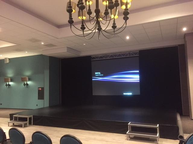 Zwarte backdrop l theaterdoek verhuur | Van Schoonhoven ...
